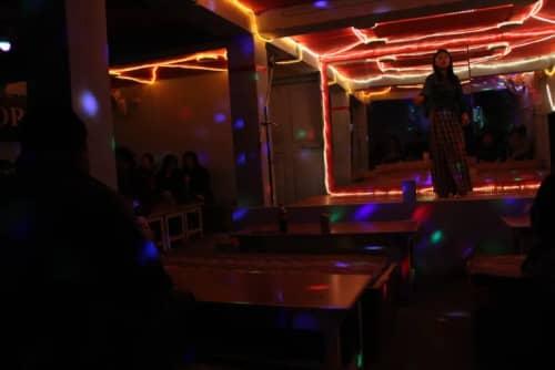 店内のダンスショー