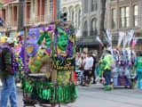 ニューオーリンズのマルディグラは美女の旨を拝めるおっぱい祭り!?クレイジーなお祭りを現場からお届け!のサムネイル画像