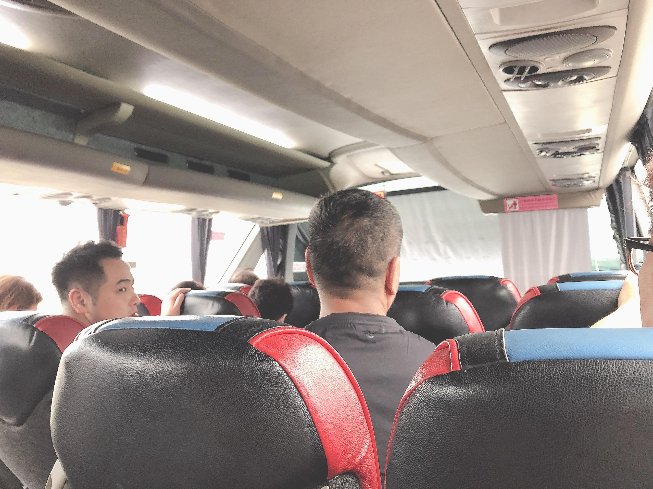 港珠澳大橋を渡るシャトルバス内
