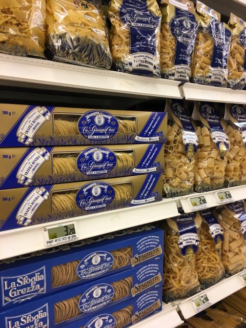 イタリアのスーパーに並ぶパスタたち