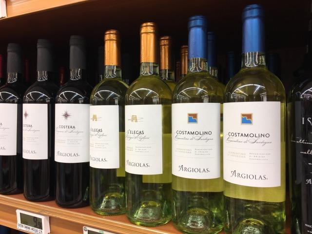 白ワインの並ぶ棚