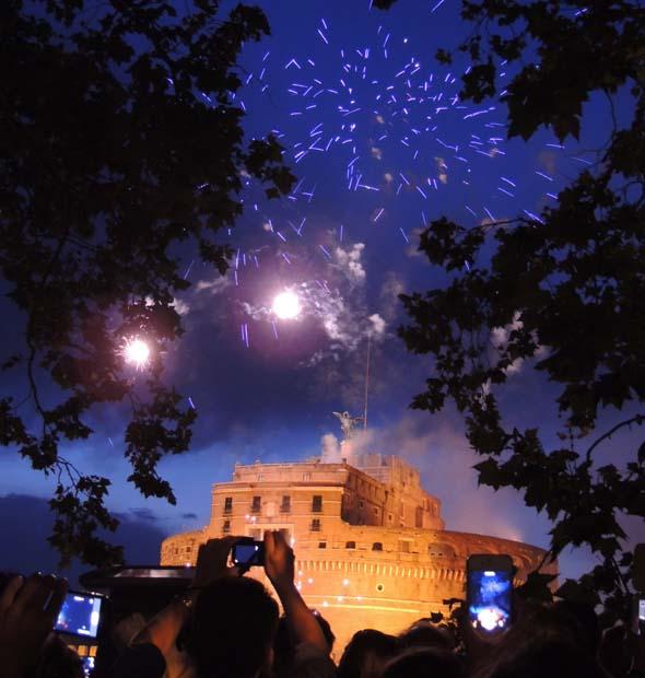 ローマの要塞 サンタンジェロ城のイルミネーションと花火