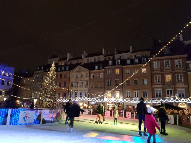 ワルシャワ 旧市街広場 冬場はスケートリンク