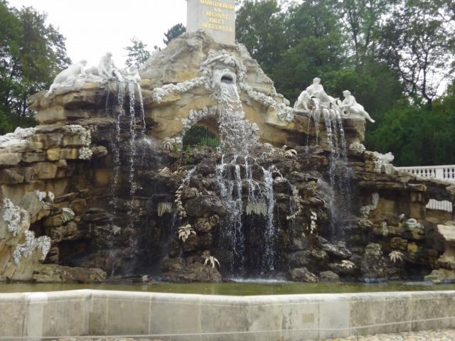 ウィーン シェーンブルン宮殿 オベリスクの泉