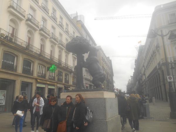 プエルタ・デル・ソルのクマとイチゴノキの像