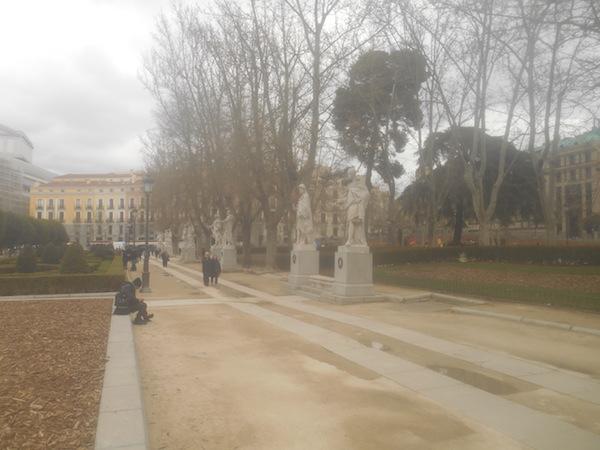 オリエンテ広場の像