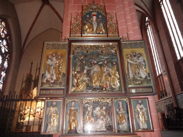 大聖堂内部の美術品
