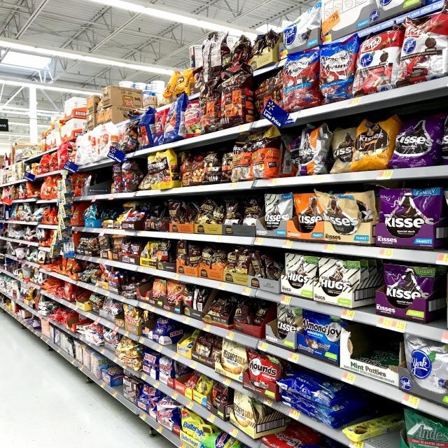 スーパーマーケットのチョコレート売り場