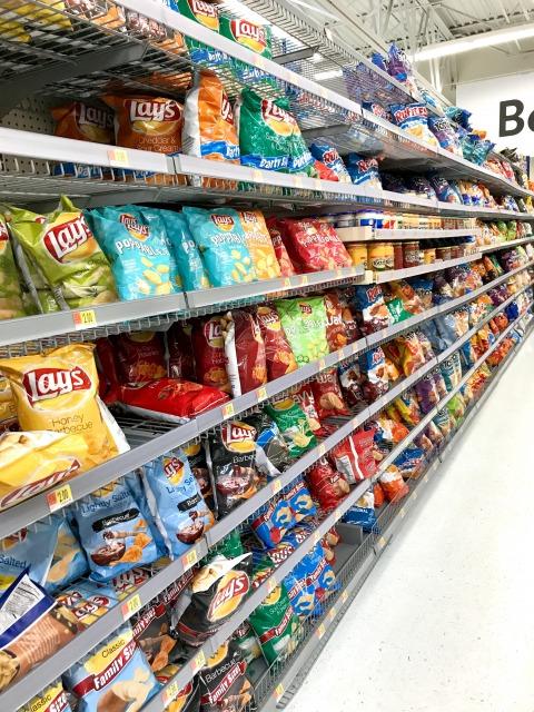 スーパーマーケットのスナック菓子コーナー