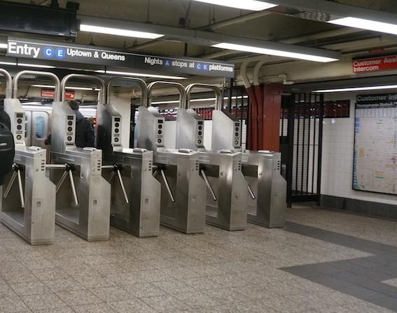 ニューヨーク地下鉄の改札口