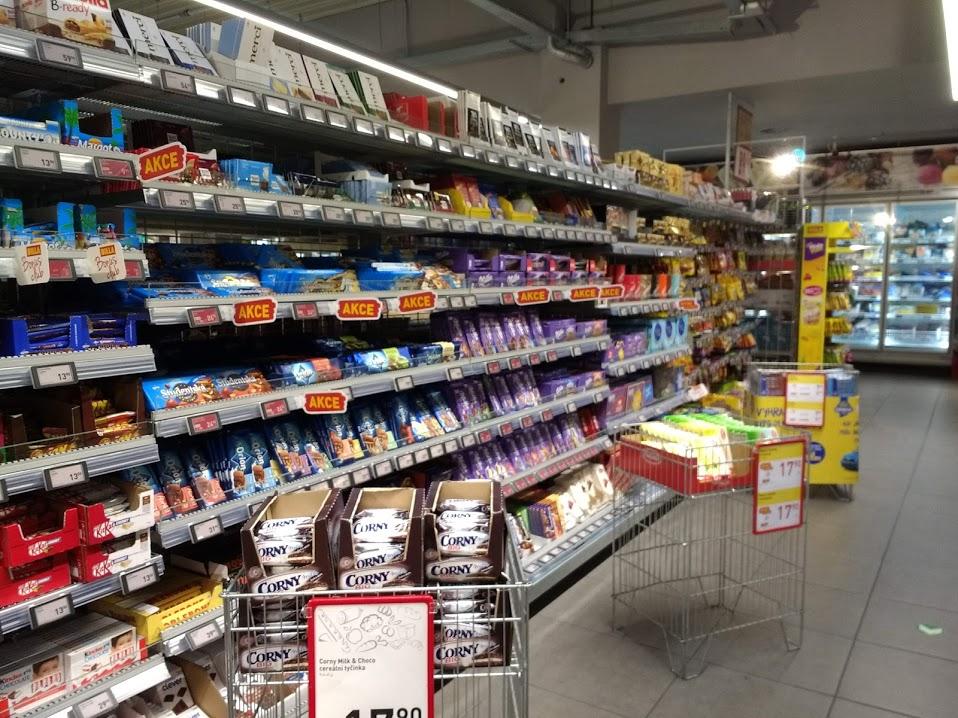 お菓子の品揃え豊富なチェコのスーパー
