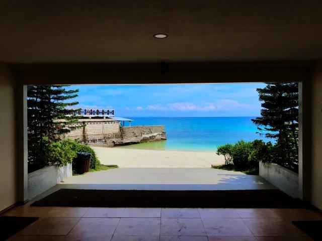 Mangodlong Paradise Beach Resortの廊下から見えるビーチ