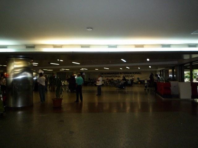 グアルーリョス空港の到着ロビー