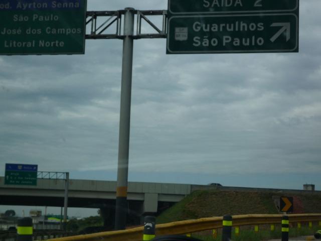グアルーリョス空港からサンパウロへ向かう高速道路
