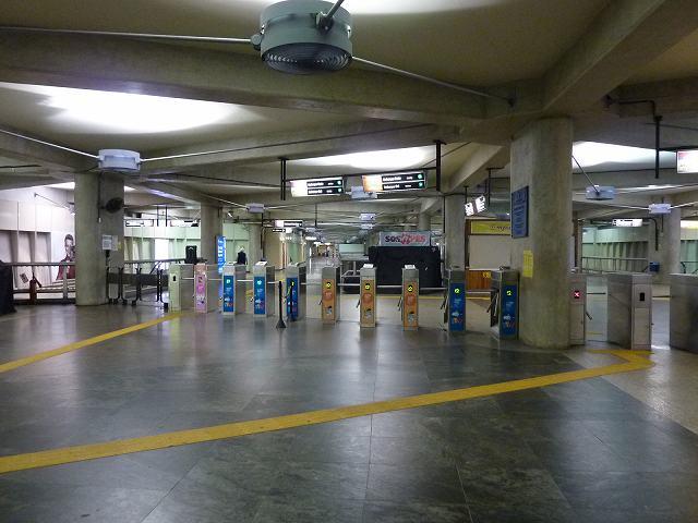 リオの地下鉄(メトロ)の改札口