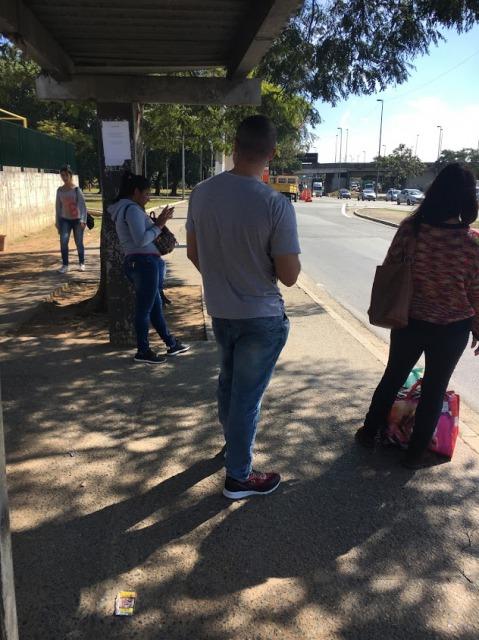 サンパウロ バスを待つ人々