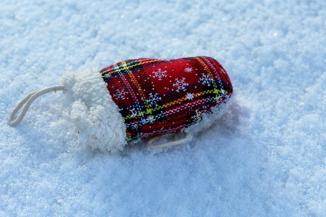 雪の上の手袋