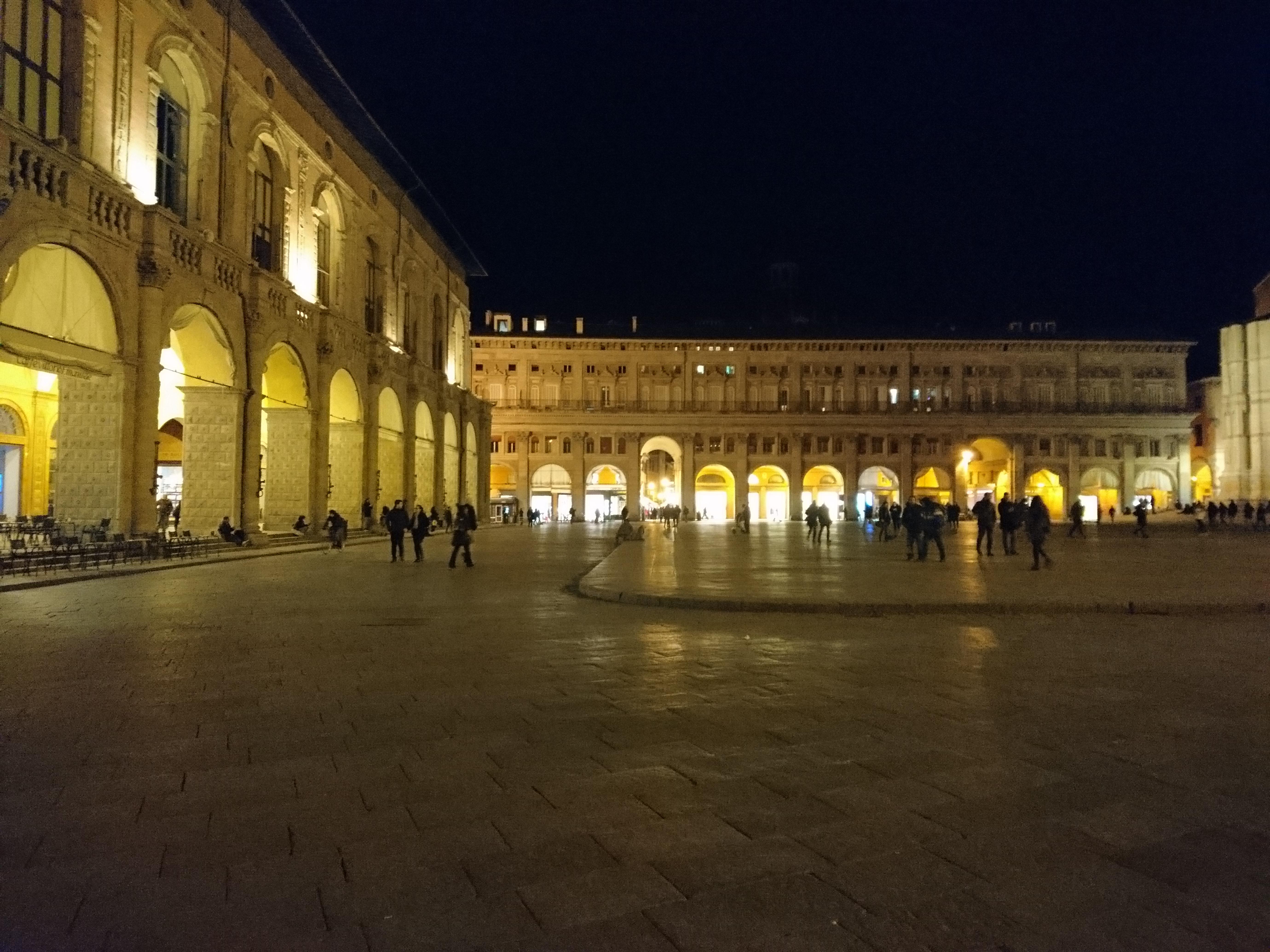 夜のマッジョーレ広場