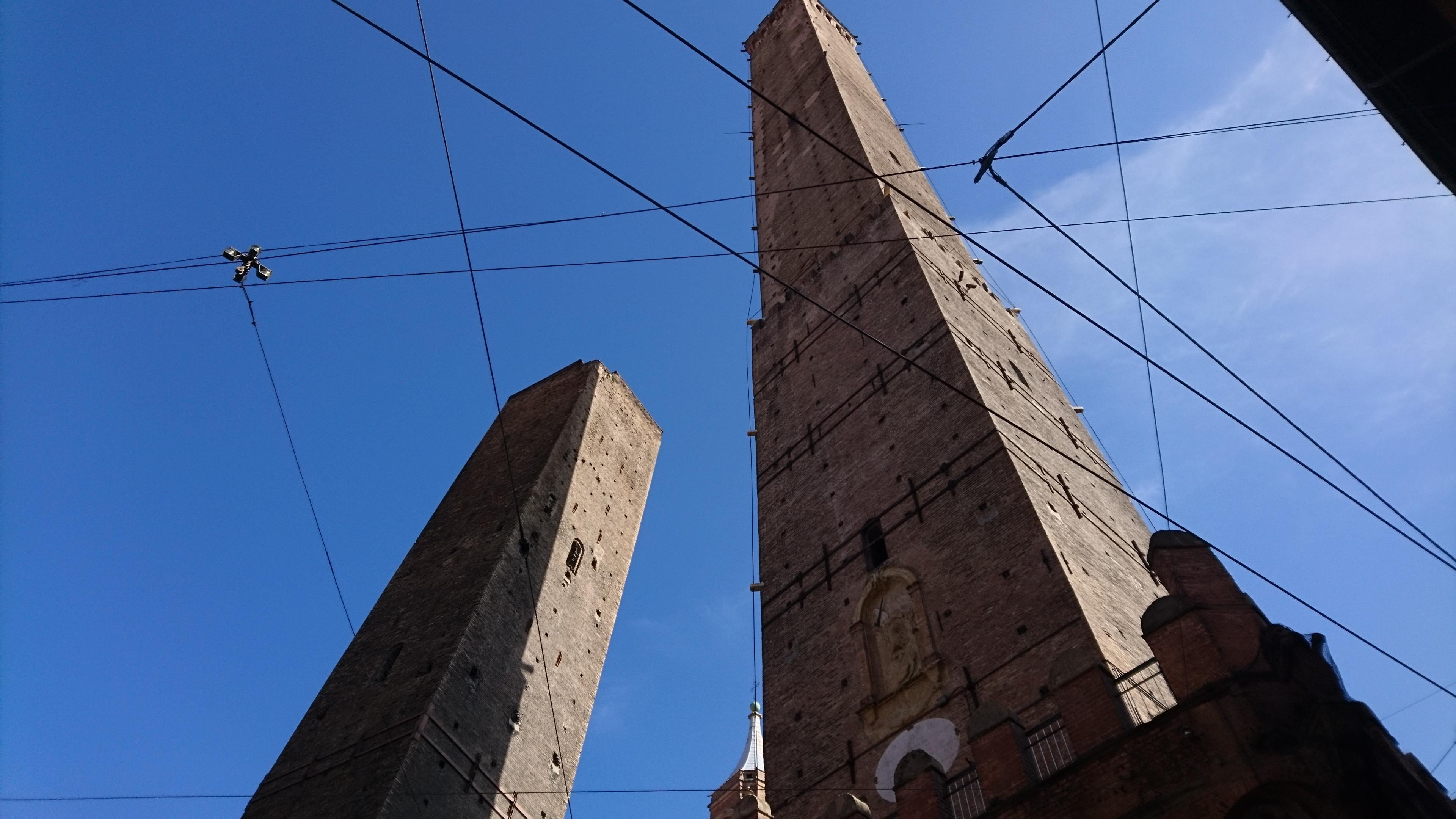 2本の斜塔