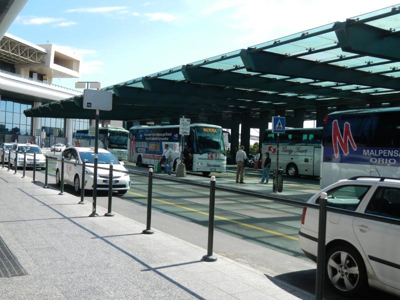 ミラノ・マルペンサ空港のタクシー乗り場にて
