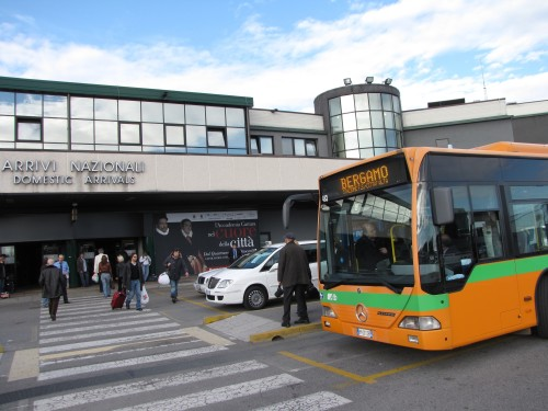 ベルガモ・オーリオ・アル・セーリオ空港のバス乗り場にて