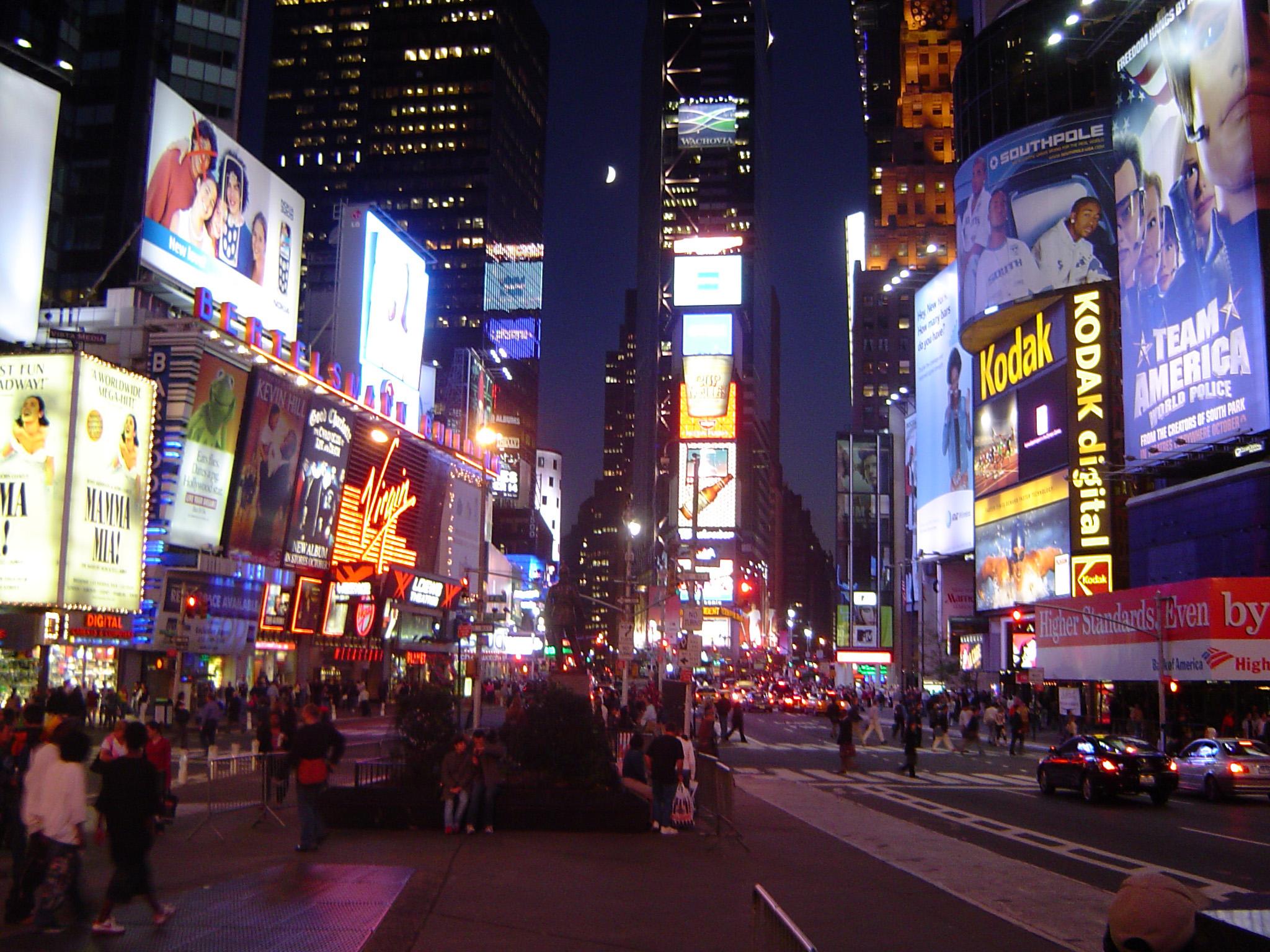 夜のタイムズスクエアにて