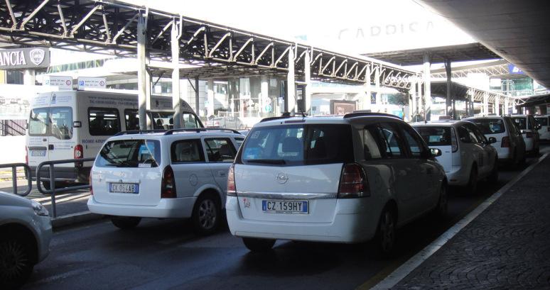 タクシー乗り場にて一枚