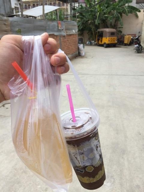 ドリンクホルダー付きのローカルコーヒー