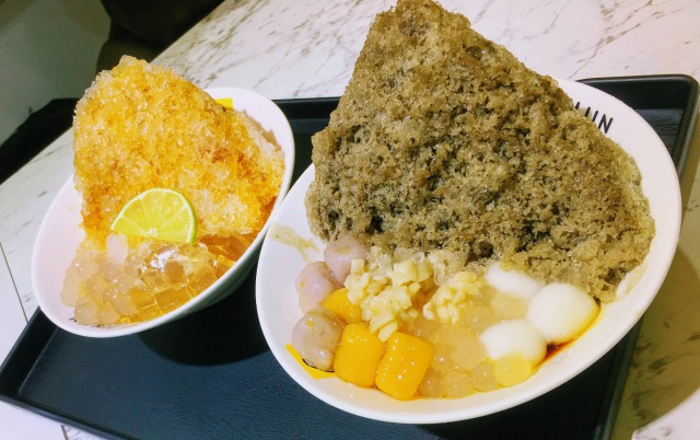 左:愛玉(アイユイ)かき氷 右:紅茶のデザートかき氷