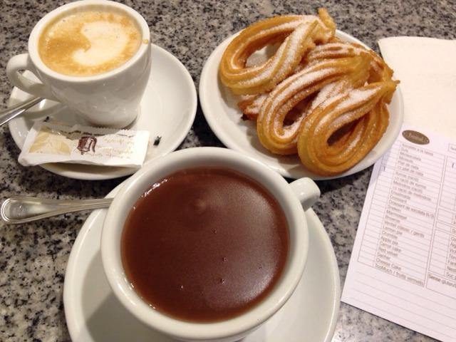 美味しそうなチュロスとカフェラテ