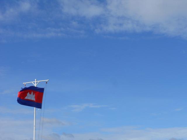 国旗にはアンコールワットが描かれています