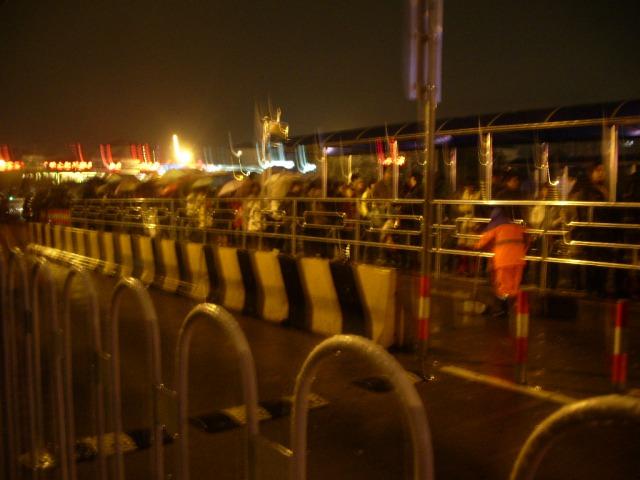 上海夜のバス停