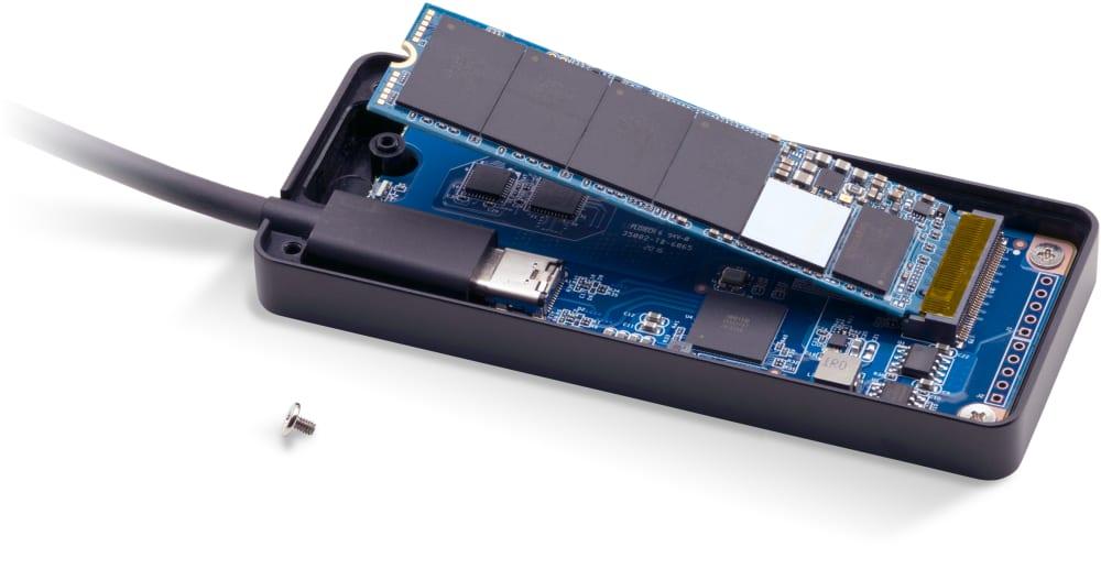Το περίβλημα Envoy Express είναι ανοιχτό με εγκατεστημένο το M.2 SSD