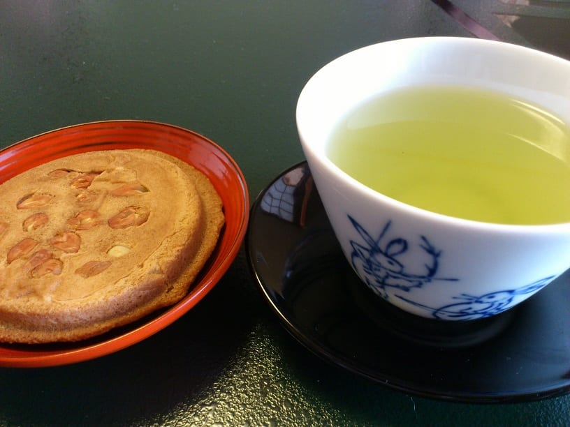 How to enjoy Satsukigase senbei