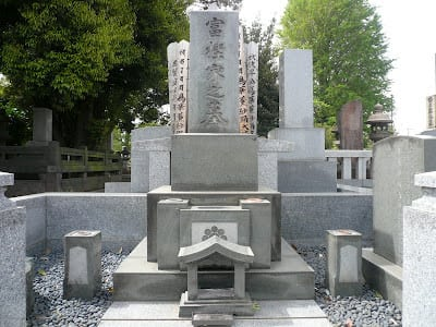 Tsuyoshi Kashiwado, the former Yokozuna wrestler of the grand sumo tournament, also rest in peace at Yanaka cemetery