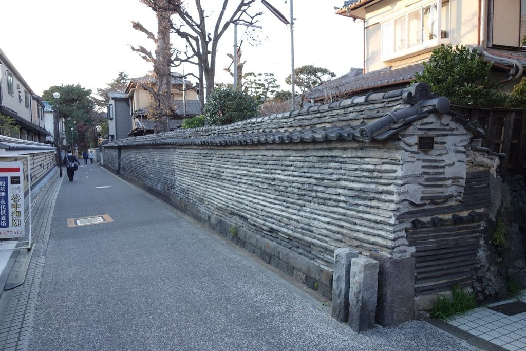 "Rare and beautiful ""Tsukiji-bei"" (a plaster wall) in ""Kan-non-ji"" Temple with full of history"