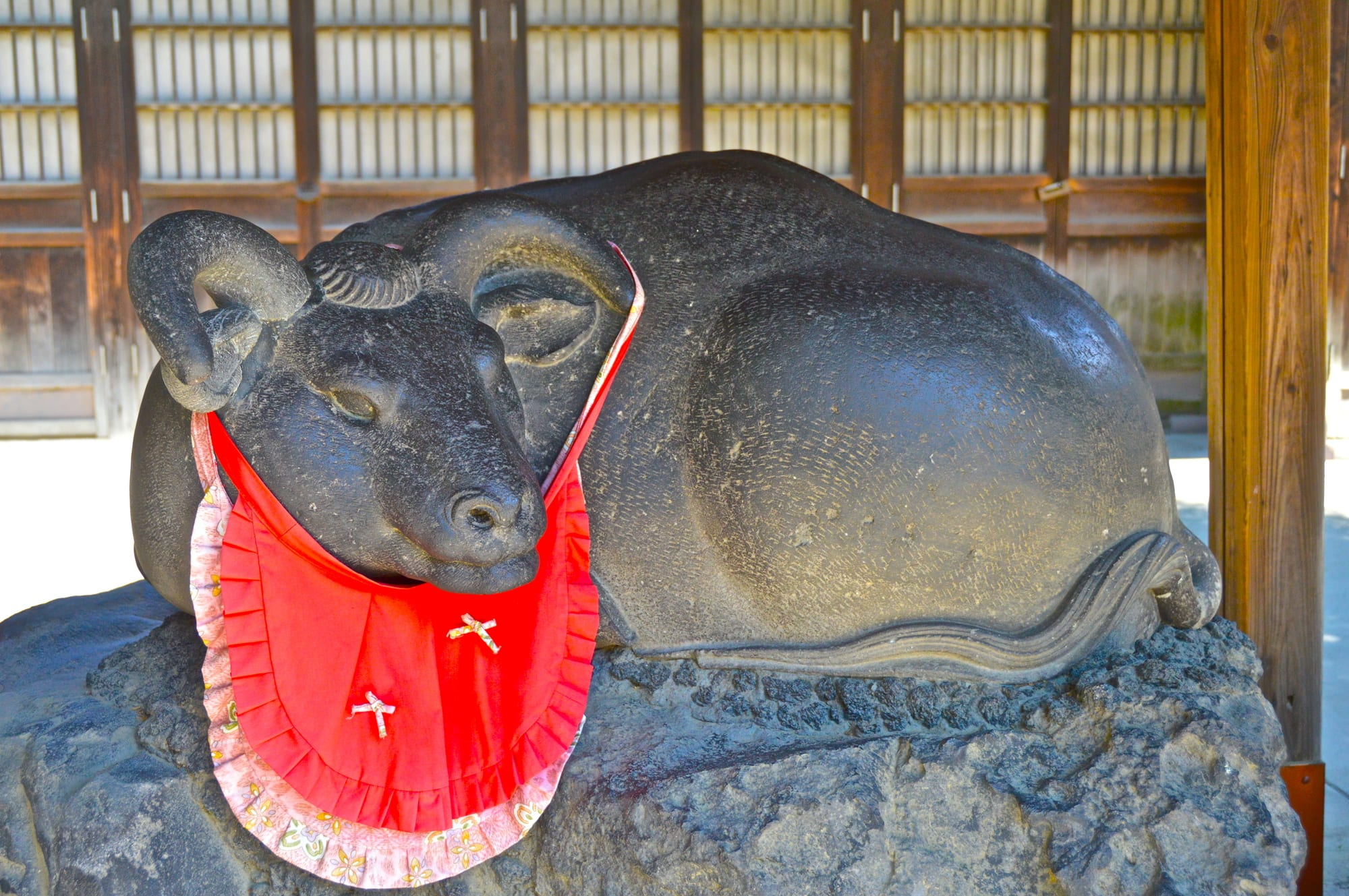 "Cuddling an ox statue praying good health ""Nade Ushi"""