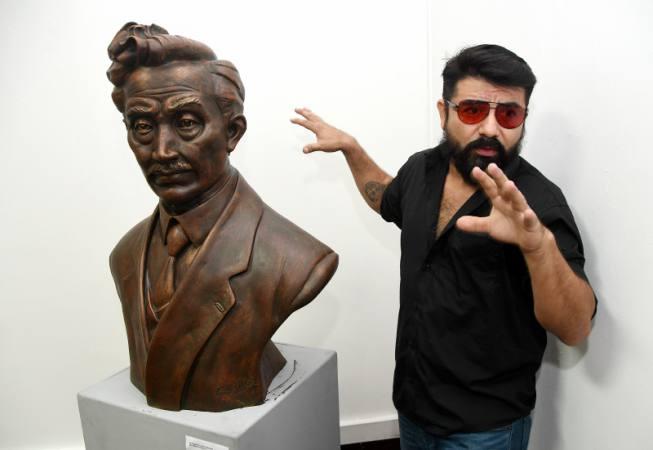 Fotografía de Tony Balseca, el escultor detrás de Hideyo Noguchi