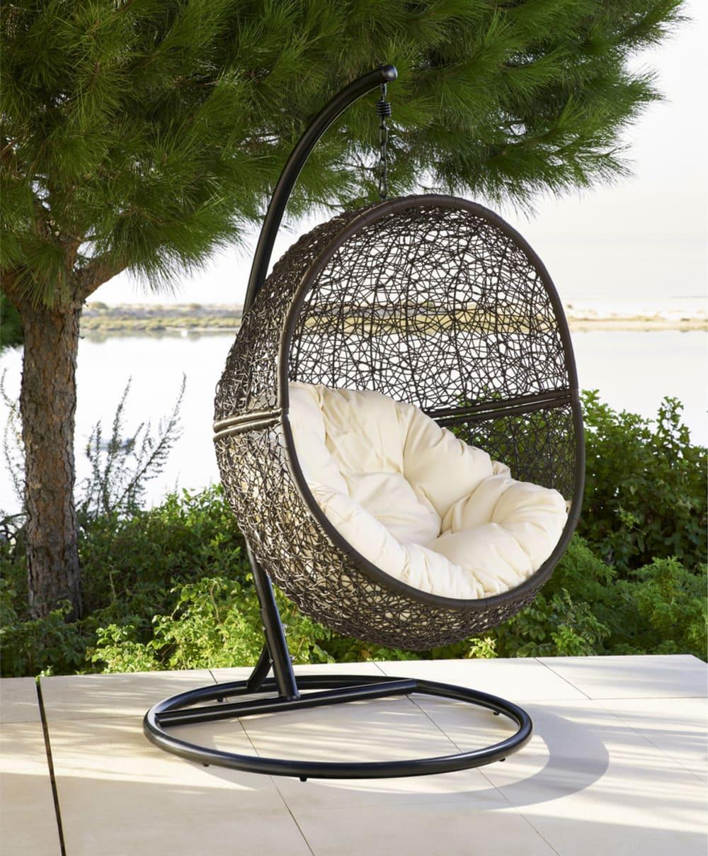 fauteuil suspendu de jardin en r sine tress e marron cocon maisons du monde. Black Bedroom Furniture Sets. Home Design Ideas
