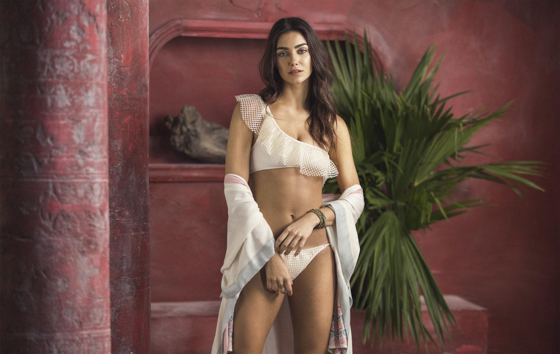 Model: Leticia Abellan Brand: OndadeMarOndadeMar es una marca colombiana de trajes de baño y productos de estilo de vida de resort. A lo largo del tiempo ha establecido tendencias de moda mediante su diseño con un sutil estilo latino.OndadeMar is a Colombian brand of swimsuits and resort lifestyle