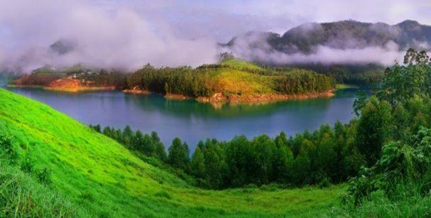 munnar_in_monsoon_alt