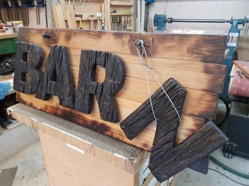 Cartel de madera realizado a mano por Daniel Strekier