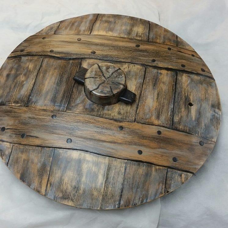 Llanta de camioneta hecha en madera, estilo rústico medieval.