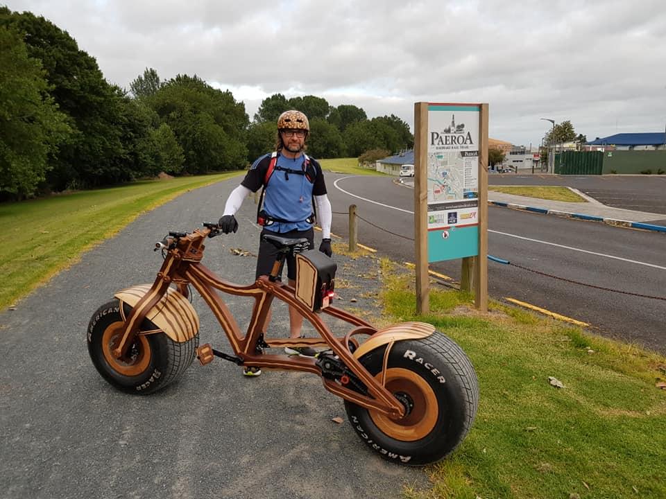 Daniel Strekier y Grace, la bicicleta de madera.