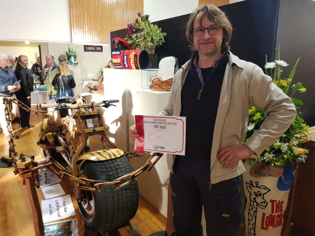 Daniel Strekier y su bicicleta Grace, ganadores del primer premio en Kawerau National Woodskills competition