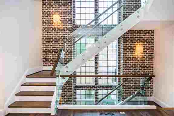 Closed stringer stair with Glass