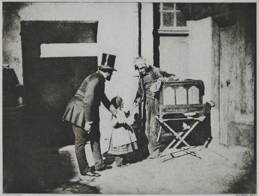 Henri Le Secq et un enfant donnant des aumônes à un broyeur d'organes