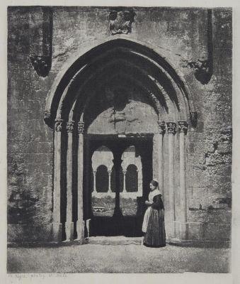 Arles, arlésienne à l'entrée du cloitre de Saint-Trophime