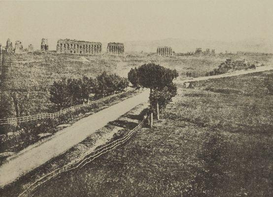 Route et Restes D'Aqueducs dans la Campagne Romaine