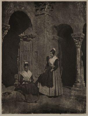 Deux Arlésiennes dnas le cloître de Saint-Trophime d'Arles (alt view)